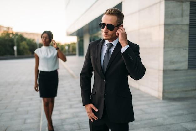 サングラスと黒のビジネスの女性のボディーガード Premium写真