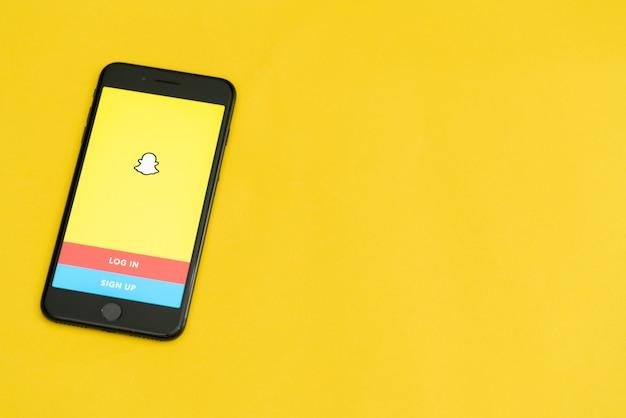 Богота, колумбия, сентябрь 2019 года, логотип snapchat на телефоне с логотипом внизу, приложение snapchat. Premium Фотографии