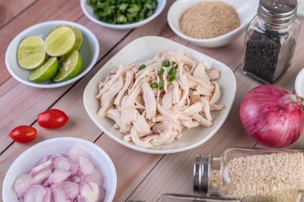 Вареную курицу нарезать на кусочки в белом блюде на деревянном столе. Бесплатные Фотографии