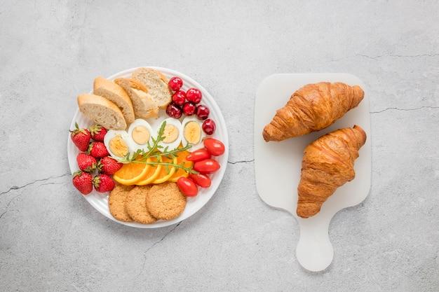 Frutta e verdura dell'uovo sodo per la prima colazione Foto Gratuite
