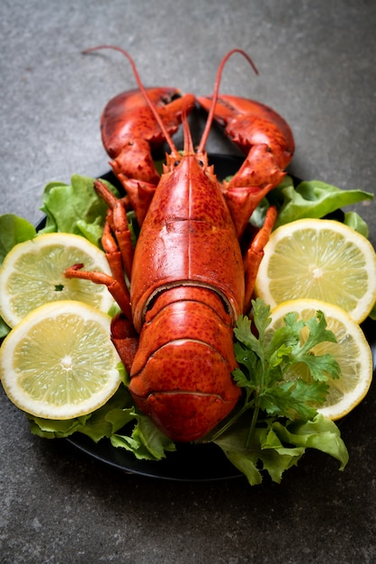 Boiled lobster with vegetable and lemon Premium Photo