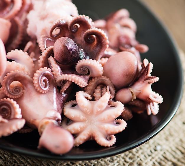 Вареный маленький осьминог на тарелке Бесплатные Фотографии