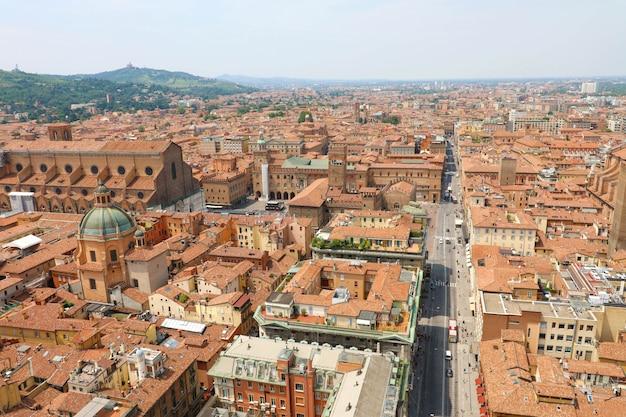 リッツォーリ通り前景、イタリアの中世の風景と塔から旧市街のボローニャ空中都市の景観 Premium写真
