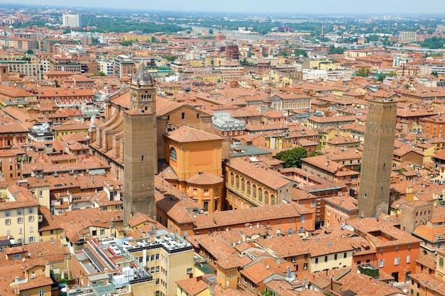 大聖堂と古い中世の市内中心部、ボローニャの空中都市景観ビュー Premium写真