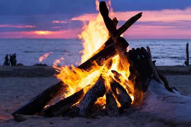 ビーチでbonき火 無料写真