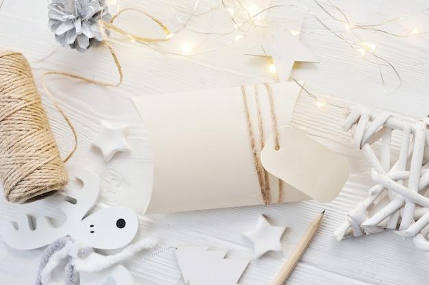 モックアップクリスマスグリーティングカードbonbonniereとタグのトップビュー Premium写真