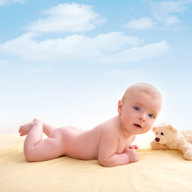 Bond little baby blue eyes lying down smiling Premium Photo