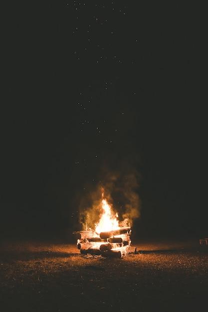 Костер ночью Premium Фотографии