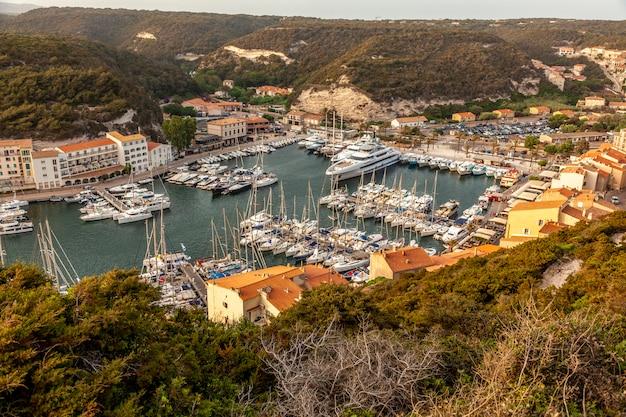 コルシカ島のボニファシオ、ボートの港。地中海フランス。 Premium写真