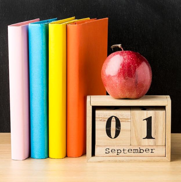 Книга и календарь с яблоком для обратно в школу Бесплатные Фотографии