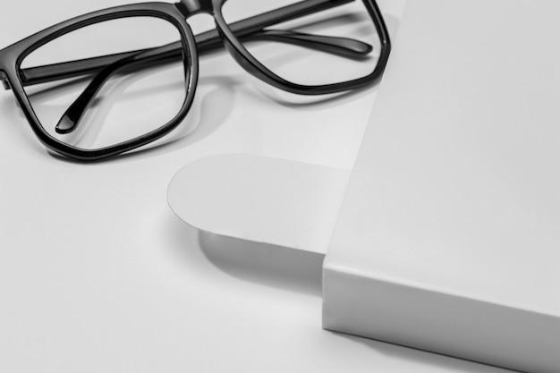 Libro e segnalibro con occhiali da lettura Foto Gratuite