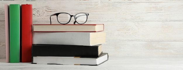本と素朴な木製の背景、テキスト用のスペースのメガネ本と素朴な木製の背景、テキスト用のスペースのメガネ Premium写真
