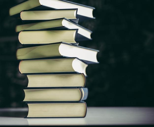 I libri vengono posti in una pila di libri sul tavolo Foto Gratuite
