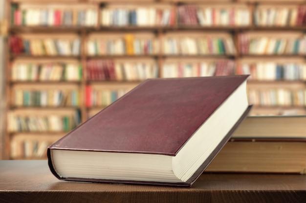 図書館の棚の本 Premium写真