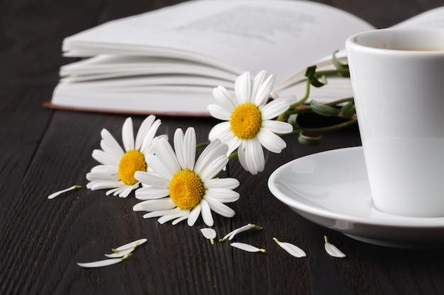 花の花束と本 Premium写真