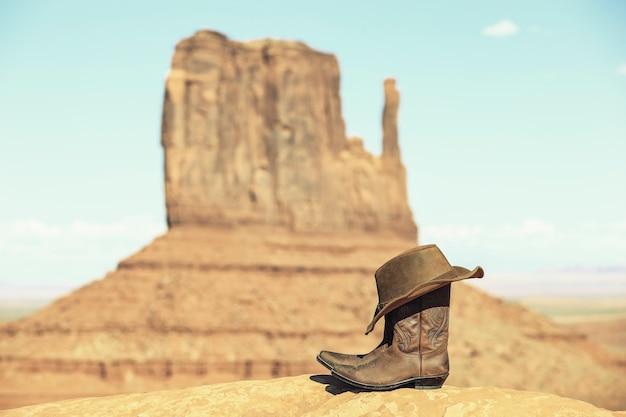 特別な写真処理を施したモニュメントバレー前のブーツと帽子 無料写真