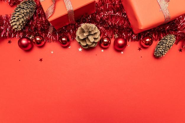붉은 장식으로 만든 테두리입니다. 평평하다, 평면도, Copyspace 프리미엄 사진