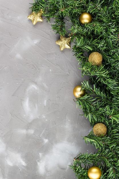 Граница из еловых веток и золотых новогодних шаров и звезд Premium Фотографии