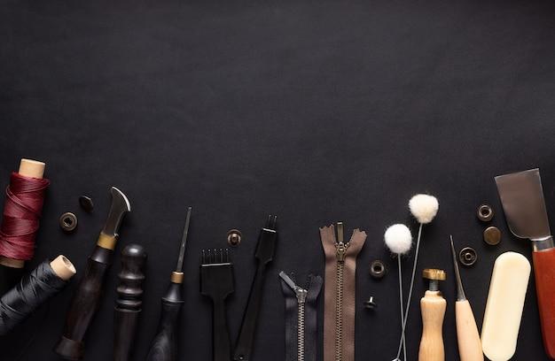 革製品を縫うための様々な道具の境界。 Premium写真
