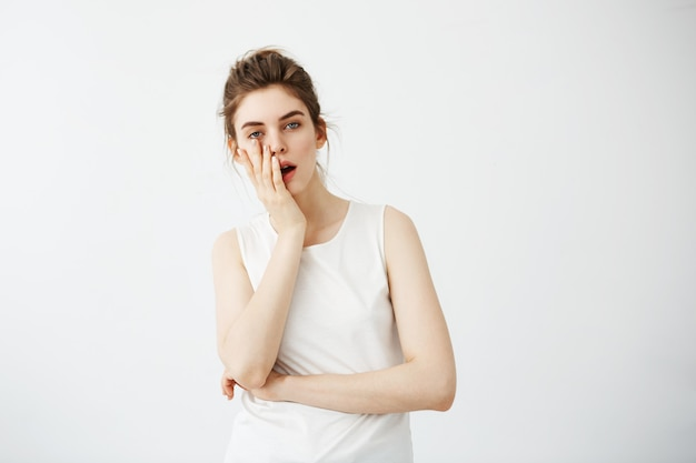 退屈疲れた若いきれいな女性の手の後ろに顔を隠す 無料写真