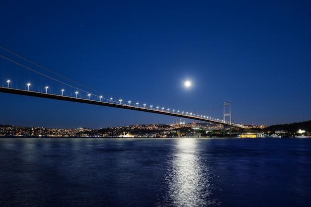 ライトと月夜に照らされたボスポラス橋 Premium写真