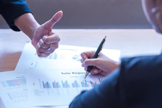 Boss giving employee thumbs up, good job, worker. Premium Photo