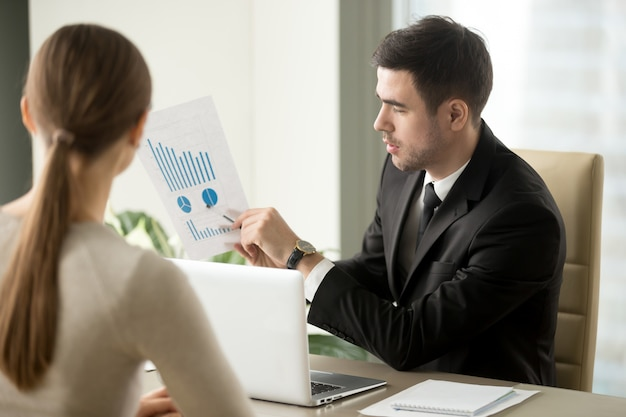 Boss talking about company financial perspectives Free Photo