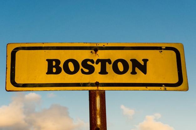 ボストン市青い空と古い黄色の看板 Premium写真