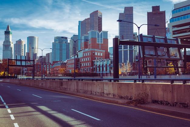 高速道路93の背後にあるボストンのダウンタウンのスカイラインビュー Premium写真