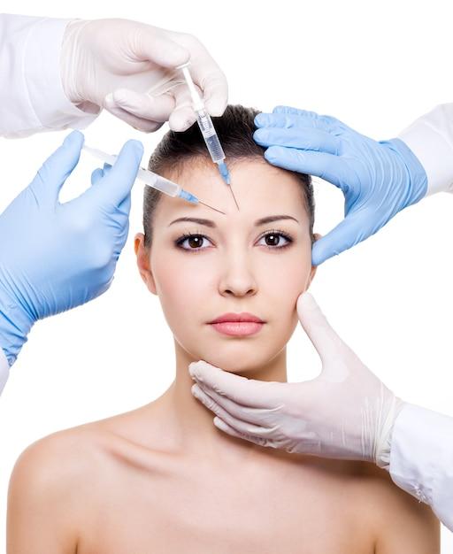 Инъекция ботокса в бровь на женском лице, изолированном на белом Бесплатные Фотографии