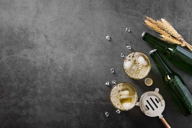 コピースペースとビールのボトルとグラス Premium写真