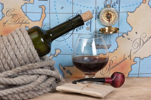 ボトルと古い地図のスペースにワインのグラス Premium写真