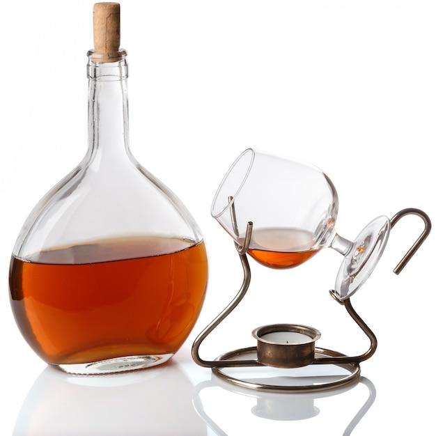 Бутылка и бокал с коньяком Premium Фотографии