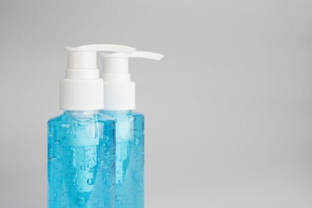 Бутылочный синий гель для волос или спиртовой гель. профилактика коронавируса Premium Фотографии