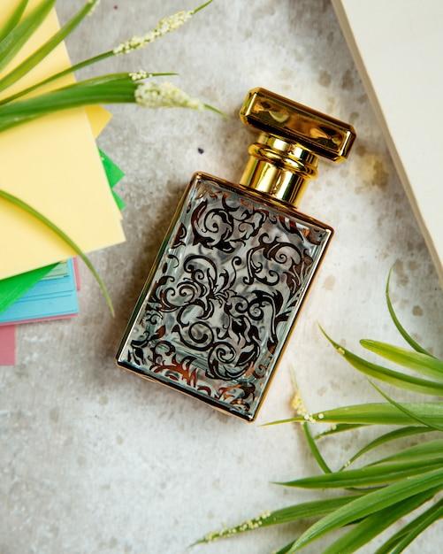 Бутылка парфюма на столе Бесплатные Фотографии