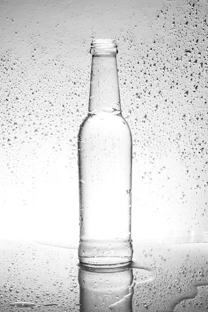 Бутылка воды с каплями Premium Фотографии