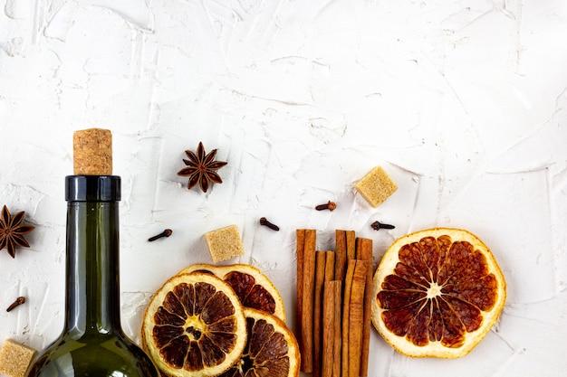 白ワインとスパイスのボトル。グリューワインの材料。 Premium写真