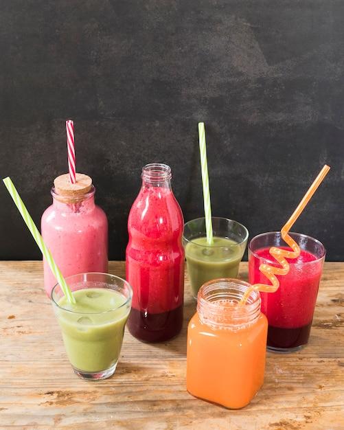 Bottiglie con frullato di frutta Foto Gratuite