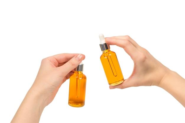 Бутылки с маслом в руке Premium Фотографии