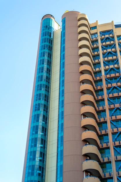 현대적인 건물의 밑면. 화창한 날에 푸른 하늘 반대 마천루 프리미엄 사진