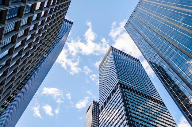 Вид снизу современных небоскребов в деловом районе манхэттена, нью-йорк, сша. концепция бизнеса, финансов, недвижимости Premium Фотографии