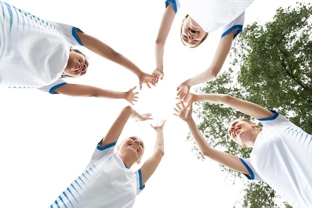 Squadra di calcio femminile di vista dal basso Foto Gratuite