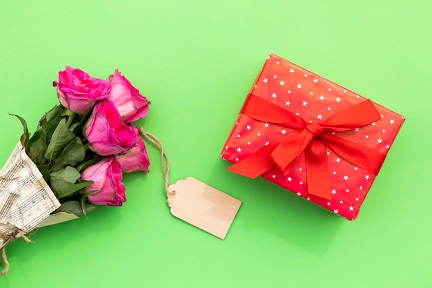 Bouquet of flowers with label and gift Free Photo