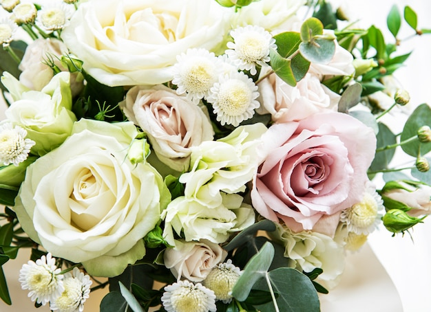Bouquet of fresh pink and white roses Premium Photo