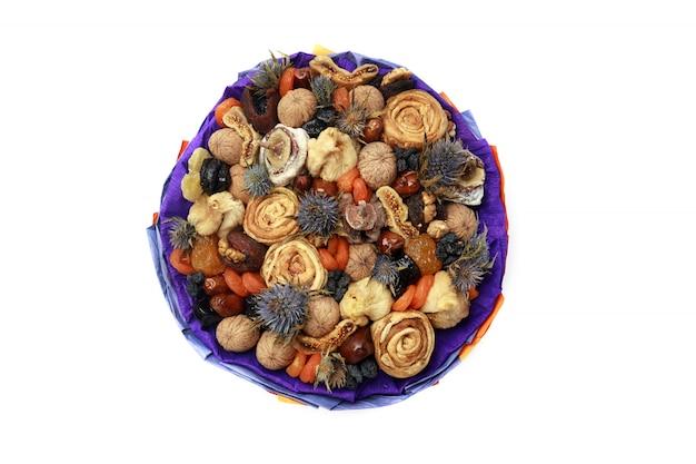 青い紙、上面図に包まれた青い棘のあるドライフルーツの花束 Premium写真
