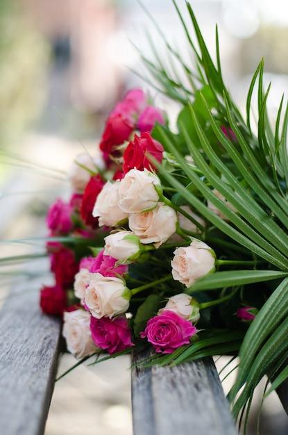 Цветы на скамейке фото