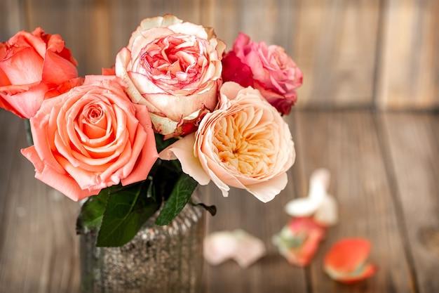 Букет из свежих роз в стеклянной вазе крупным планом Бесплатные Фотографии