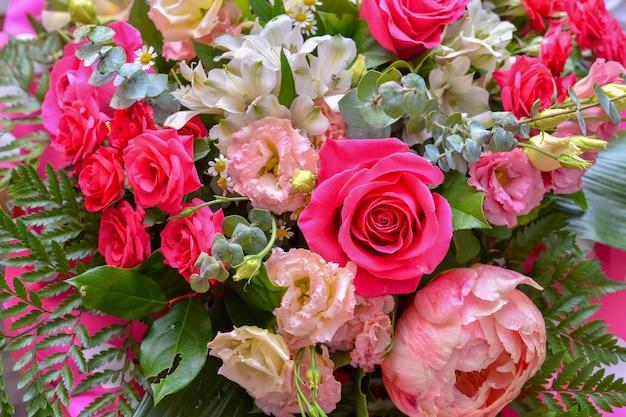 Букет из свежих чудесных цветов Premium Фотографии