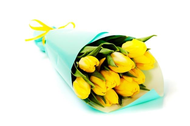 Букет из свежих желтых тюльпанов на белом фоне Premium Фотографии