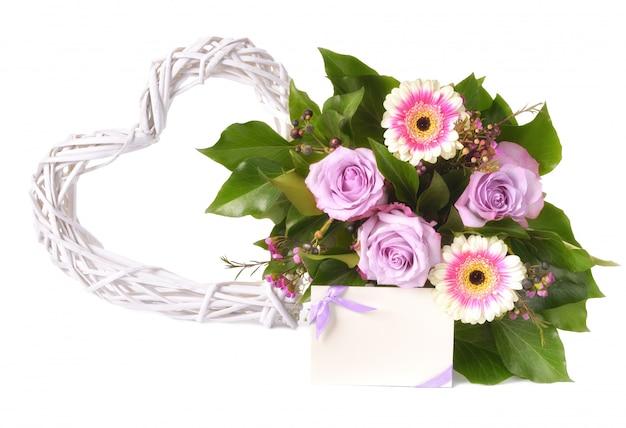 ピンクと紫のガーベラと白で隔離されるバラの花束 Premium写真